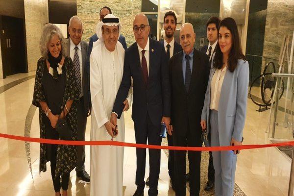 زكي نسيبة يفتتح معرض الفنون التشكيلية الجماعي في أبوظبي