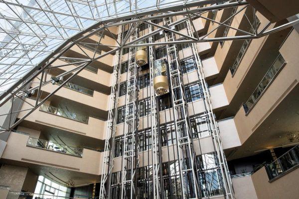 فندق جميرا أبراج الإمارات يحتفي بـ 20 عاماً من الابتكار والتفوق