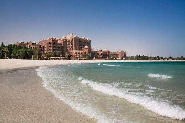 قصر الامارات يوفر أروع العطلات في نادي الشاطئ